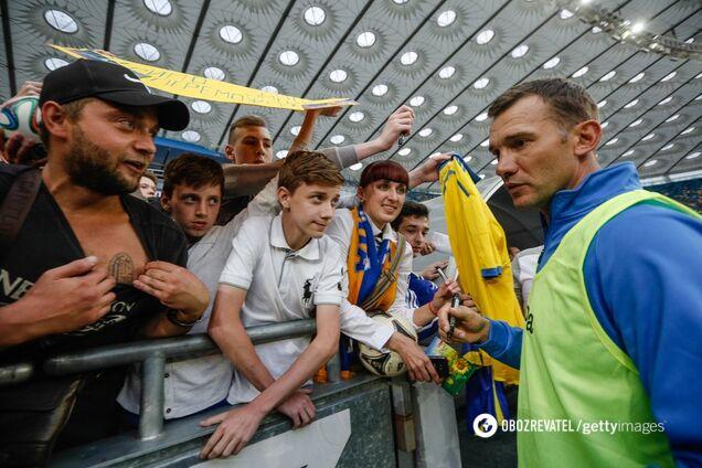 Болельщики сборной Украины приветствуют Андрея Шевченко (справа)