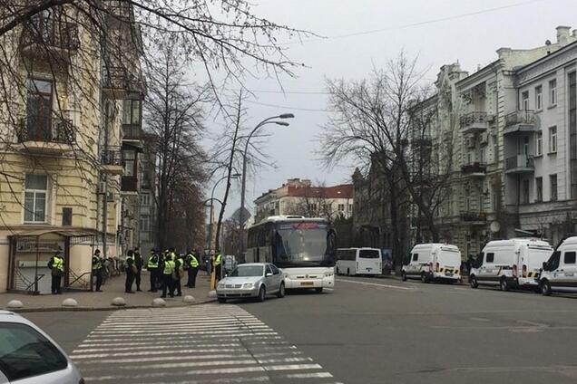 У центр Києва стягнули тисячі поліцейських і бронетехніку: що відбувається