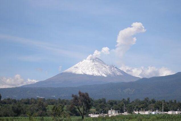 Выбросил облака пепла и газа: в Мексике проснулся крупнейший вулкан