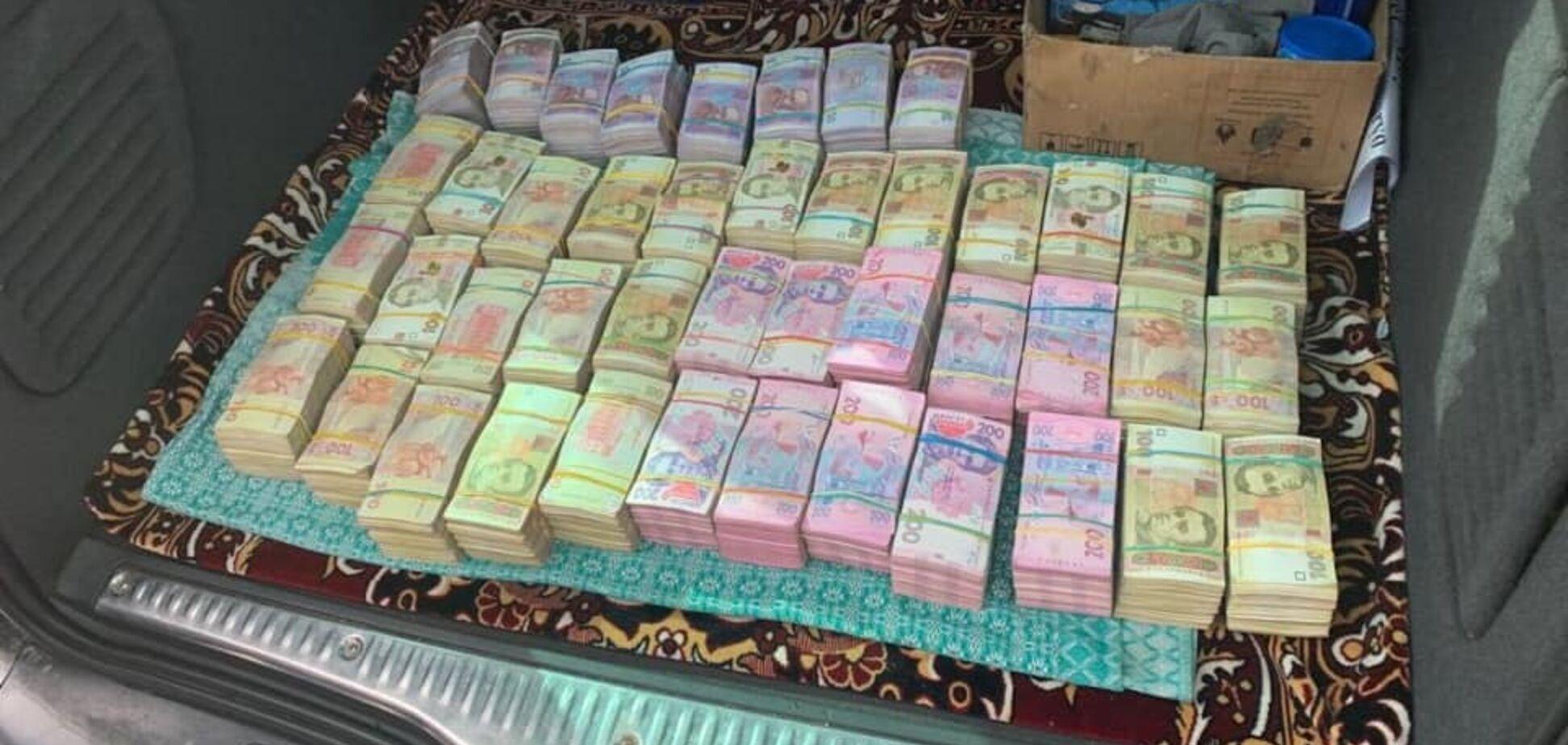 Подкуп избирателей: на Ривненщине задержали агитатора с 2,5 млн налички