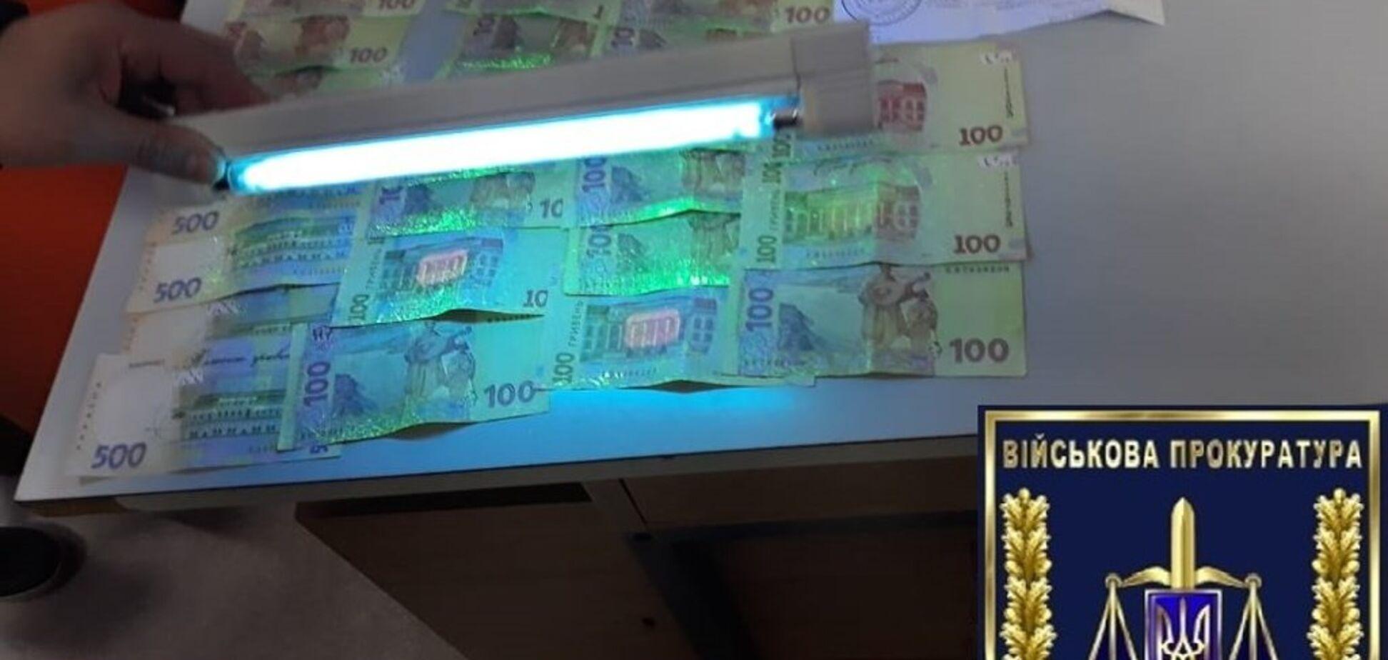 В Запорожье сотрудница миграционной службы вымогала деньги за изготовление загранпаспорта