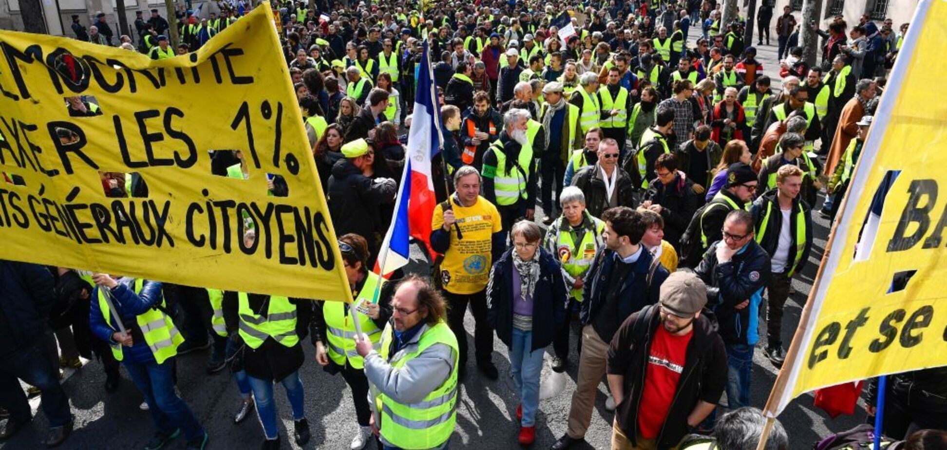 Во Франции снова разгорелись протесты 'желтых жилетов': пострадала женщина