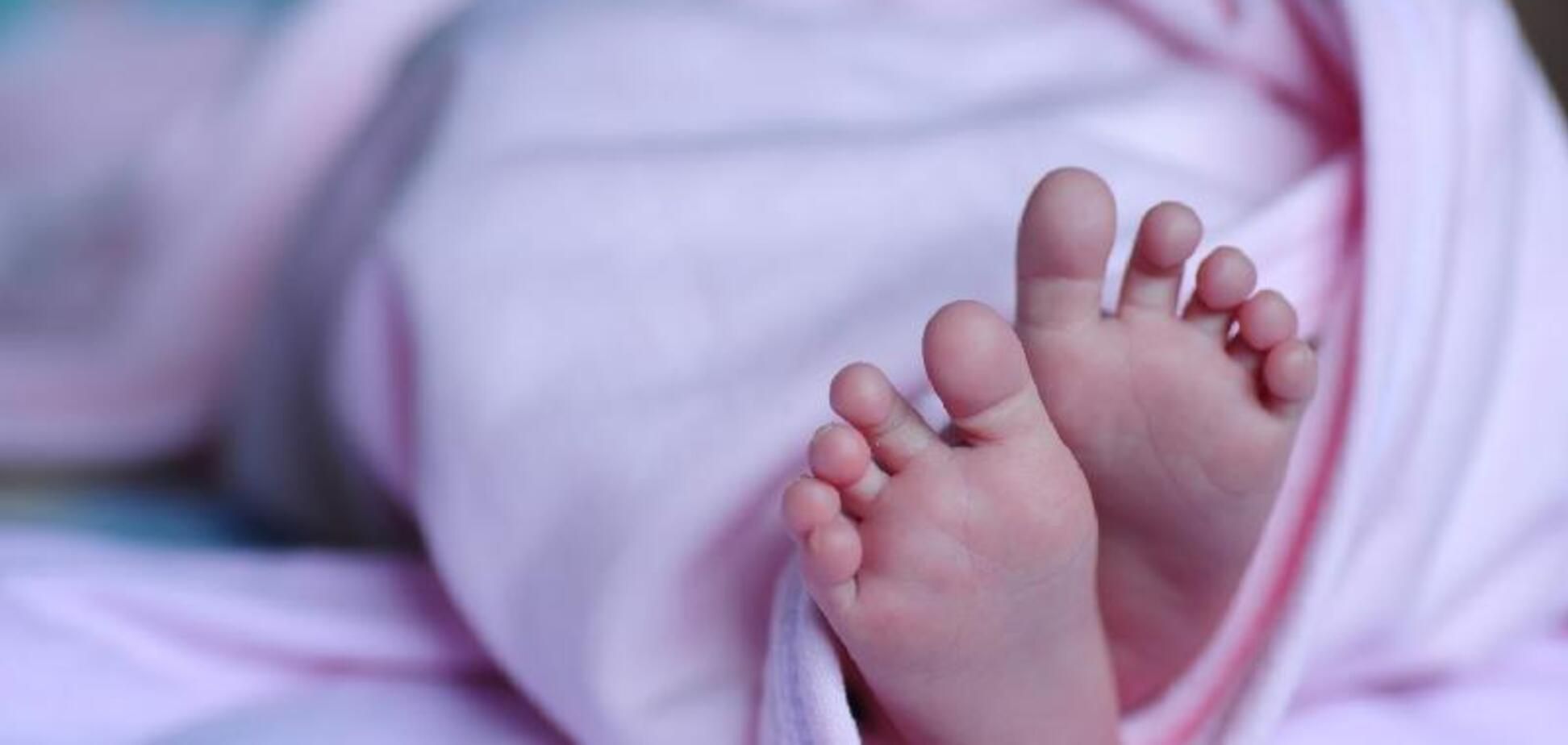В Хортицком районе Запорожья новорожденную малышку оставили на капоте автомобиля