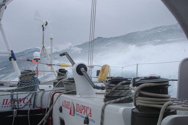 Известный путешественник попал в жуткий шторм на лодке: видео
