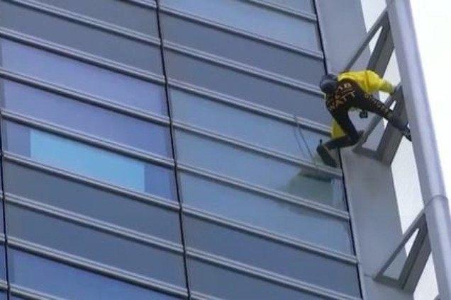 Французский ''Человек-паук'' покорил небоскреб в Париже: захватывающие фото и видео