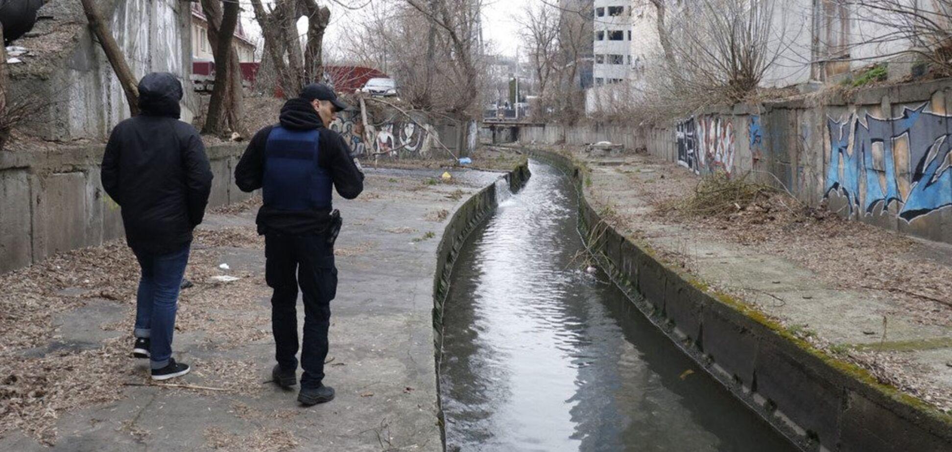 В центре Киева в реке нашли труп без штанов. Фото 18+
