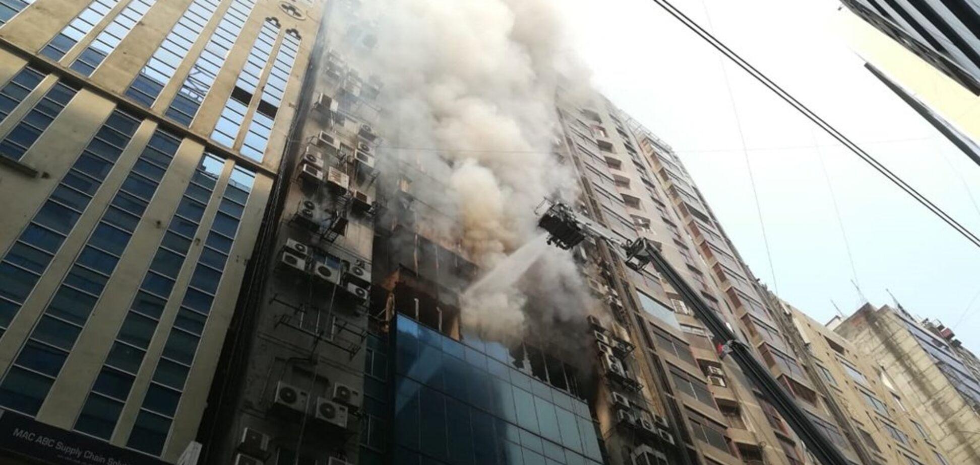 Люди вистрибували з вікон: у Бангладеші спалахнув хмарочос. Фото і відео трагедії