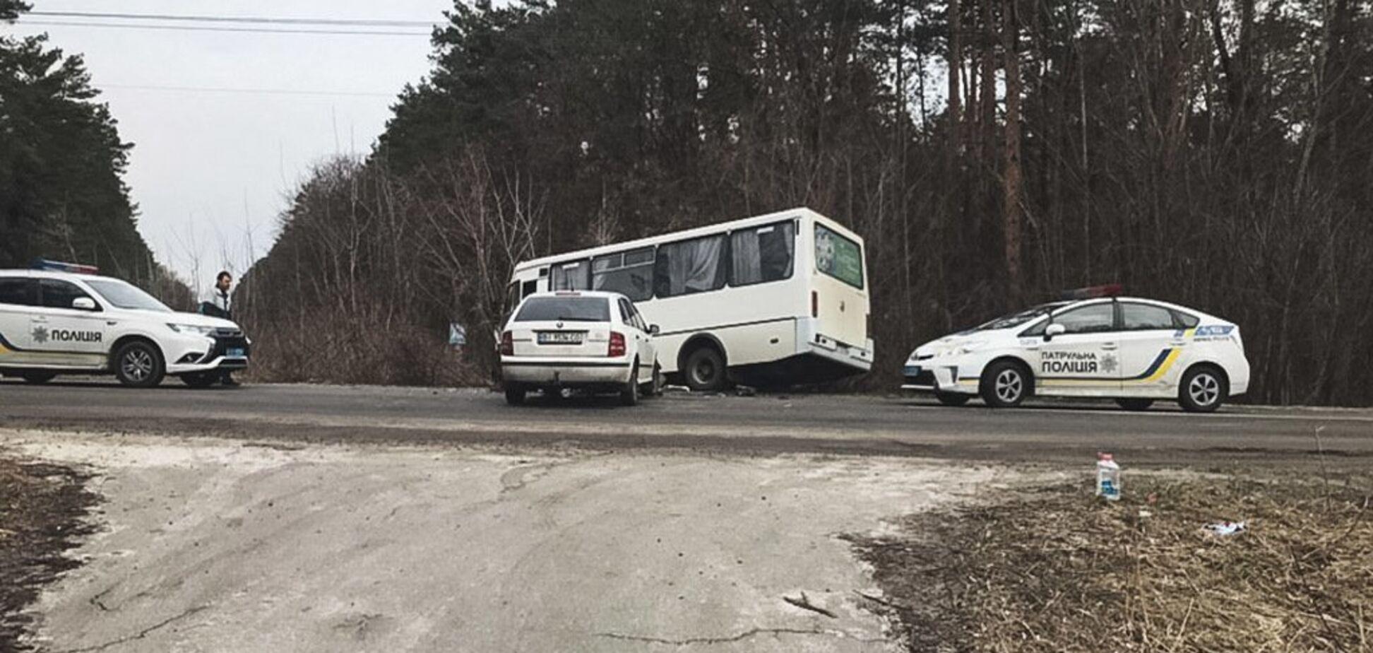 Под Киевом маршрутка врезалась в авто и вылетела в кювет: есть потерпевшие