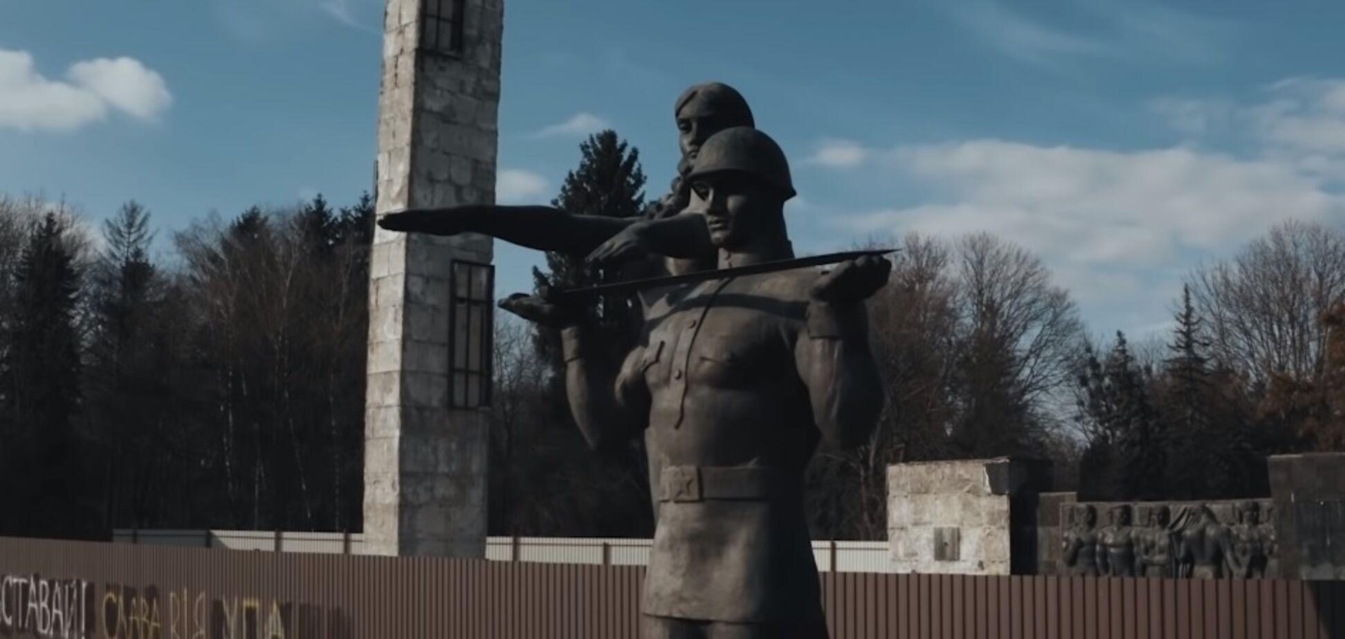 Во Львове снесли 30-метровую стелу Монумента славы: фото, видео