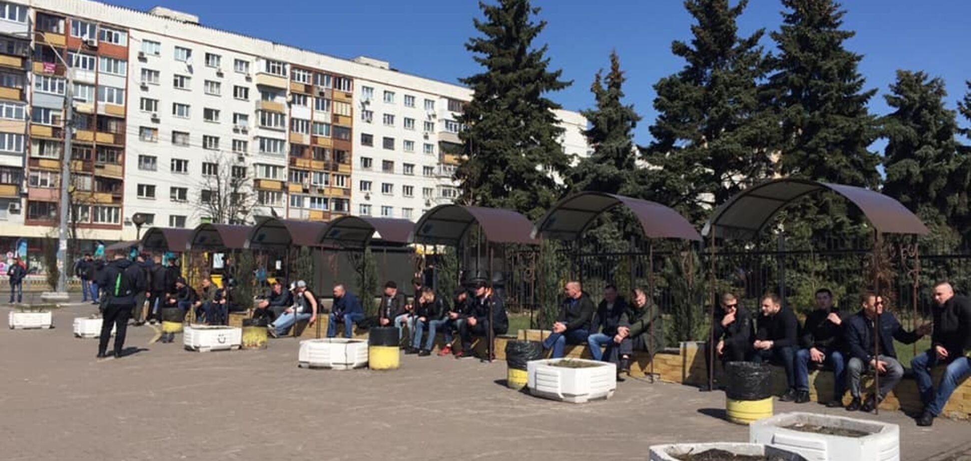 У центрі Києва зібралися десятки 'тітушок'