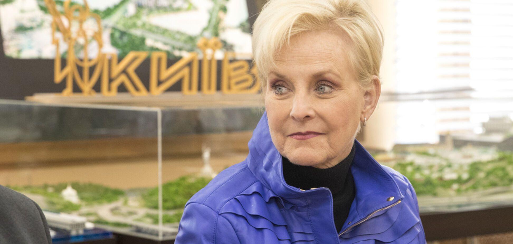 'Горжусь!' Вдова Маккейна внезапно пришла на избирательный участок в Киеве