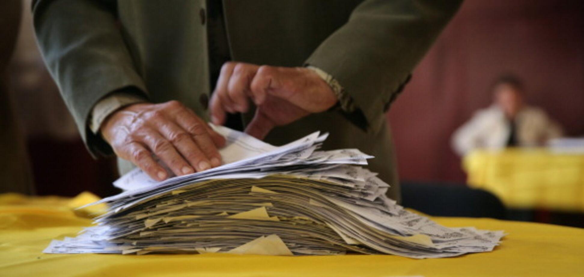 Невидимі чорнила і 10 бюлетенів у руки: у Порошенка назвали найбільш 'цікаві' порушення