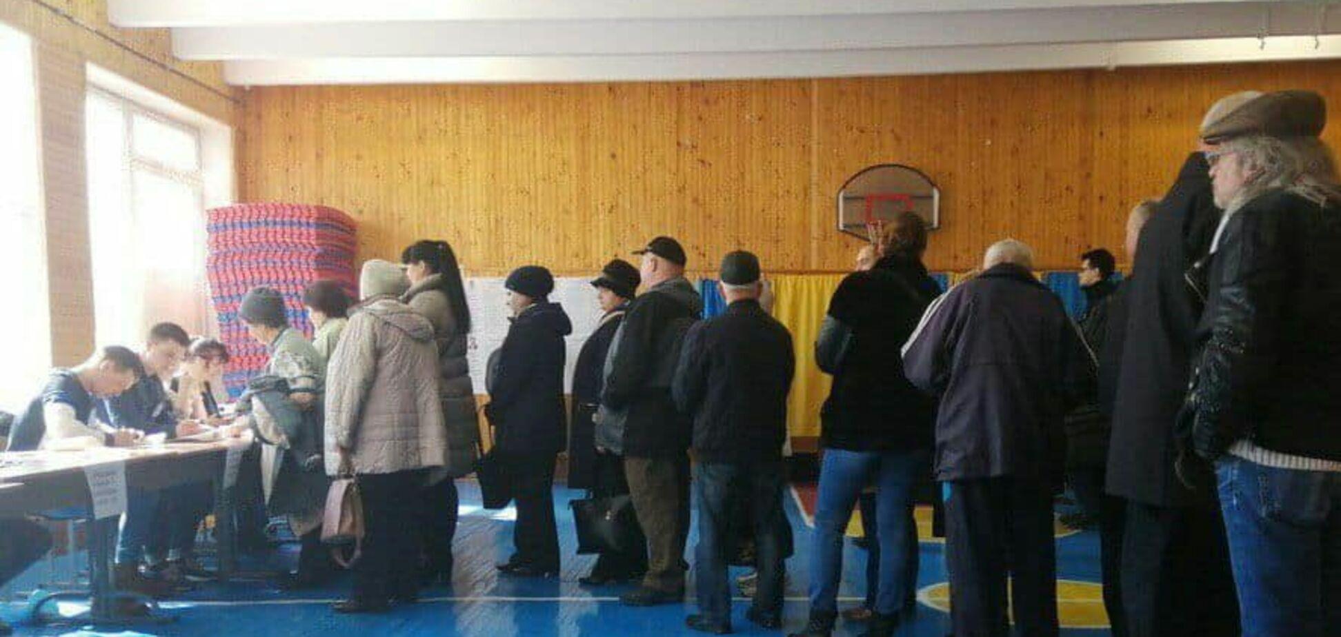 Из-за высокой явки на выборах на избирательных участках образовались огромные очереди