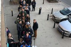 Украинцы стоят в очереди, чтобы проголосовать на выборах