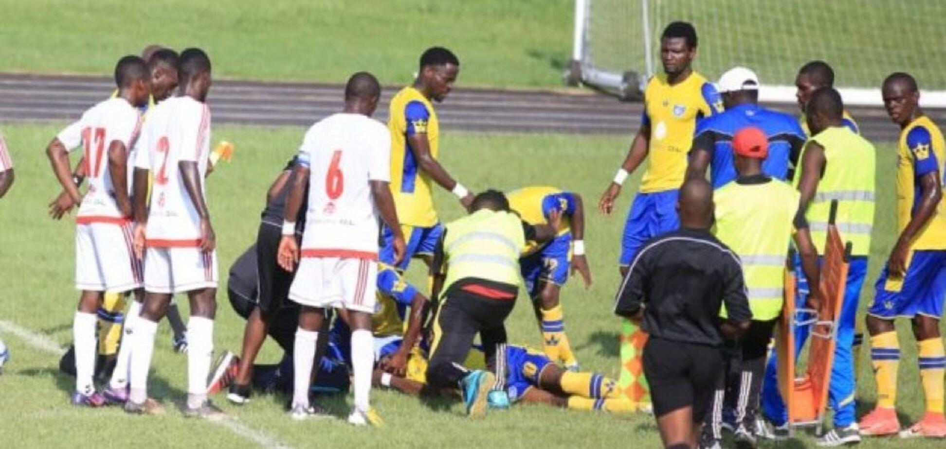 Футболіст на матчі впав і помер — відеофакт