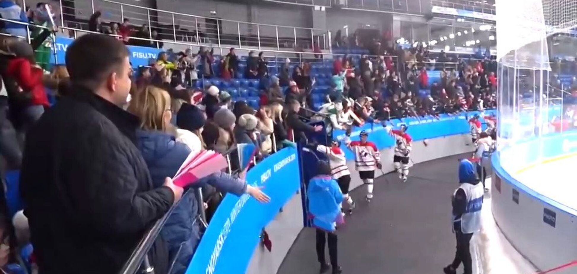 Російський уболівальник на Універсіаді здійснив мерзенний вчинок із канадським хокеїстом — момент потрапив на відео