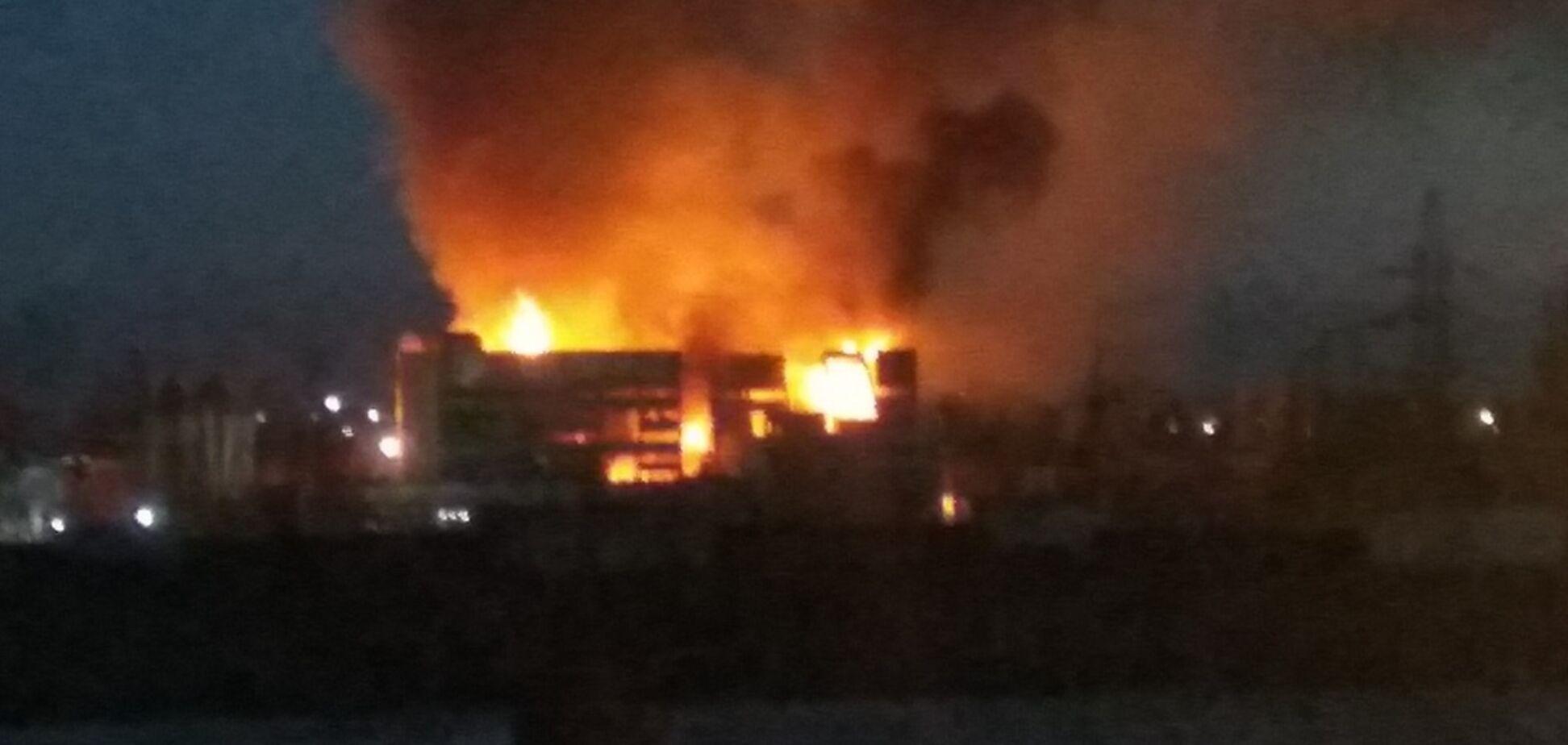 В России загорелся крупный завод: первые фото и видео ЧП