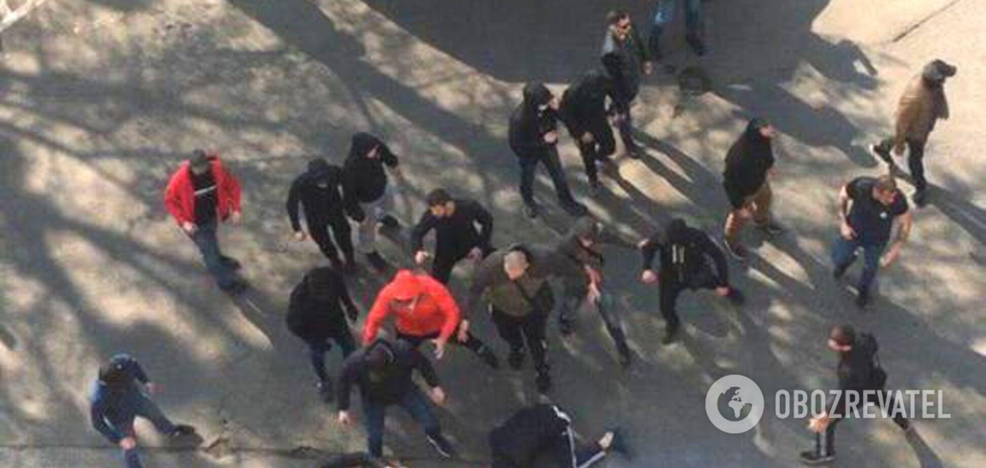 В Киеве посреди улицы произошла массовая драка: фото и видео