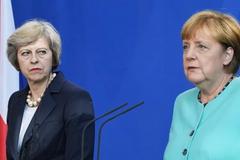 'Не королева, сама дійде': Меркель осоромилася на зустрічі з Мей