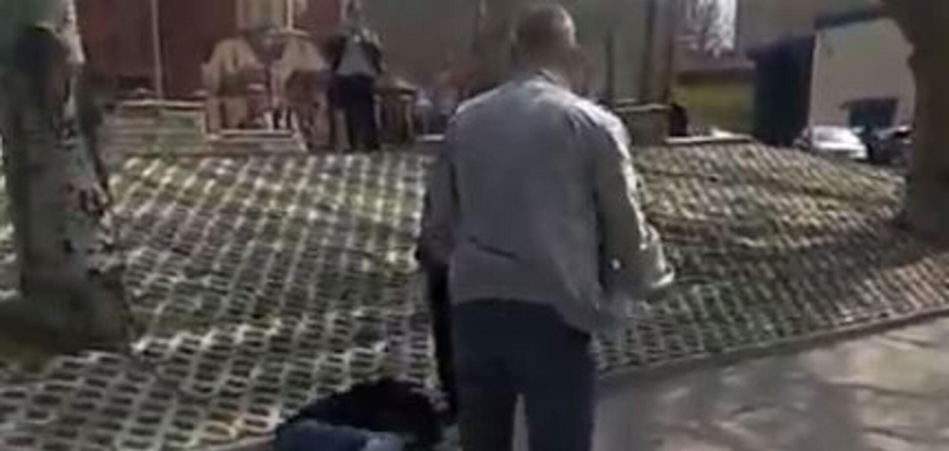 Уложил на асфальт: в Мелитополе маршрутчик избил пассажира-'зайца'. Видео