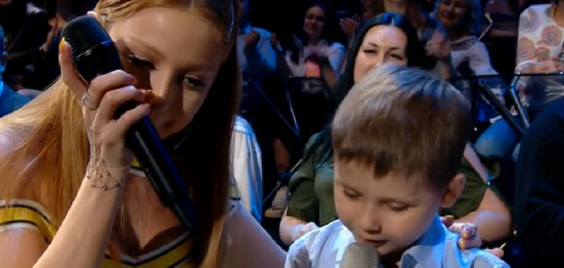 Зал в сльозах: Кароль на ''Голосі країни'' здійснила мрію дитини, яка перемогла рак