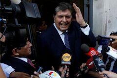 Экс-президент Перу застрелился перед арестом за коррупцию: все подробности