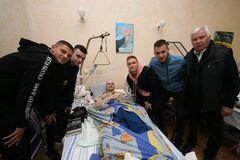 Футболисты 'Динамо' поддержали раненых бойцов