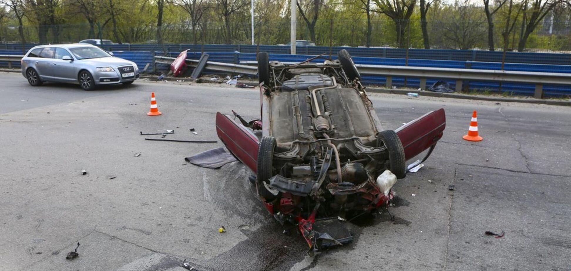 Попало в яму: в Киеве произошло ДТП с опрокидыванием авто
