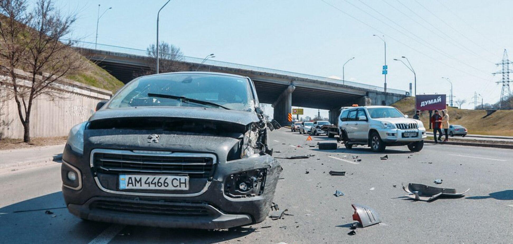 В Киеве в масштабном ДТП столкнулись четыре авто