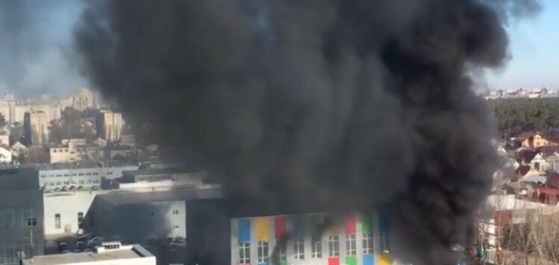 В Киеве вспыхнул мощный пожар в бизнес-центре: есть пострадавшие