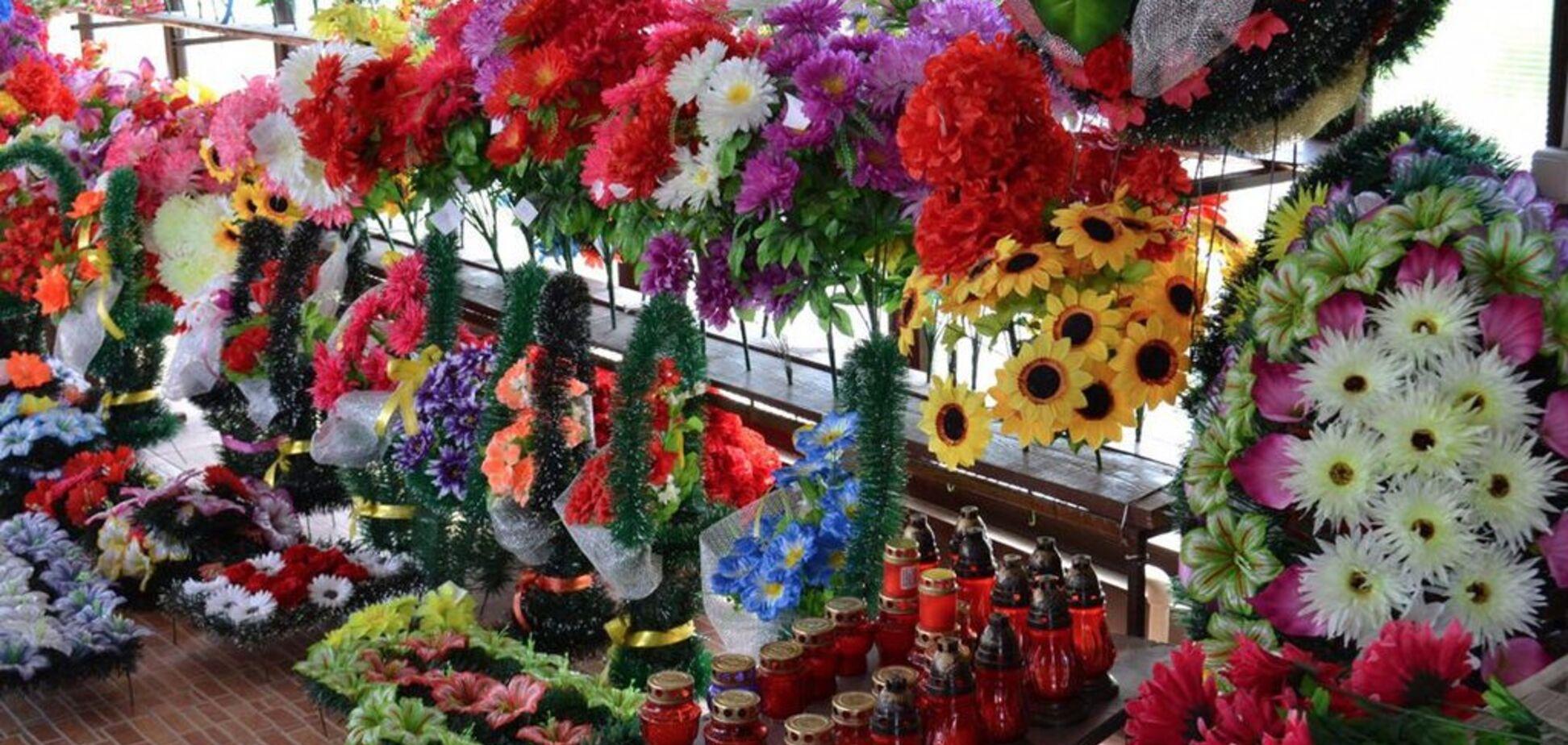 Розкладається 500 років! Названа небезпека штучних квітів на могилах