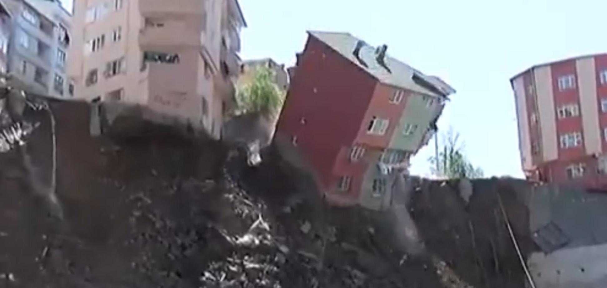 У Стамбулі в прірву впав багатоповерховий житловий будинок: моторошні кадри 18+