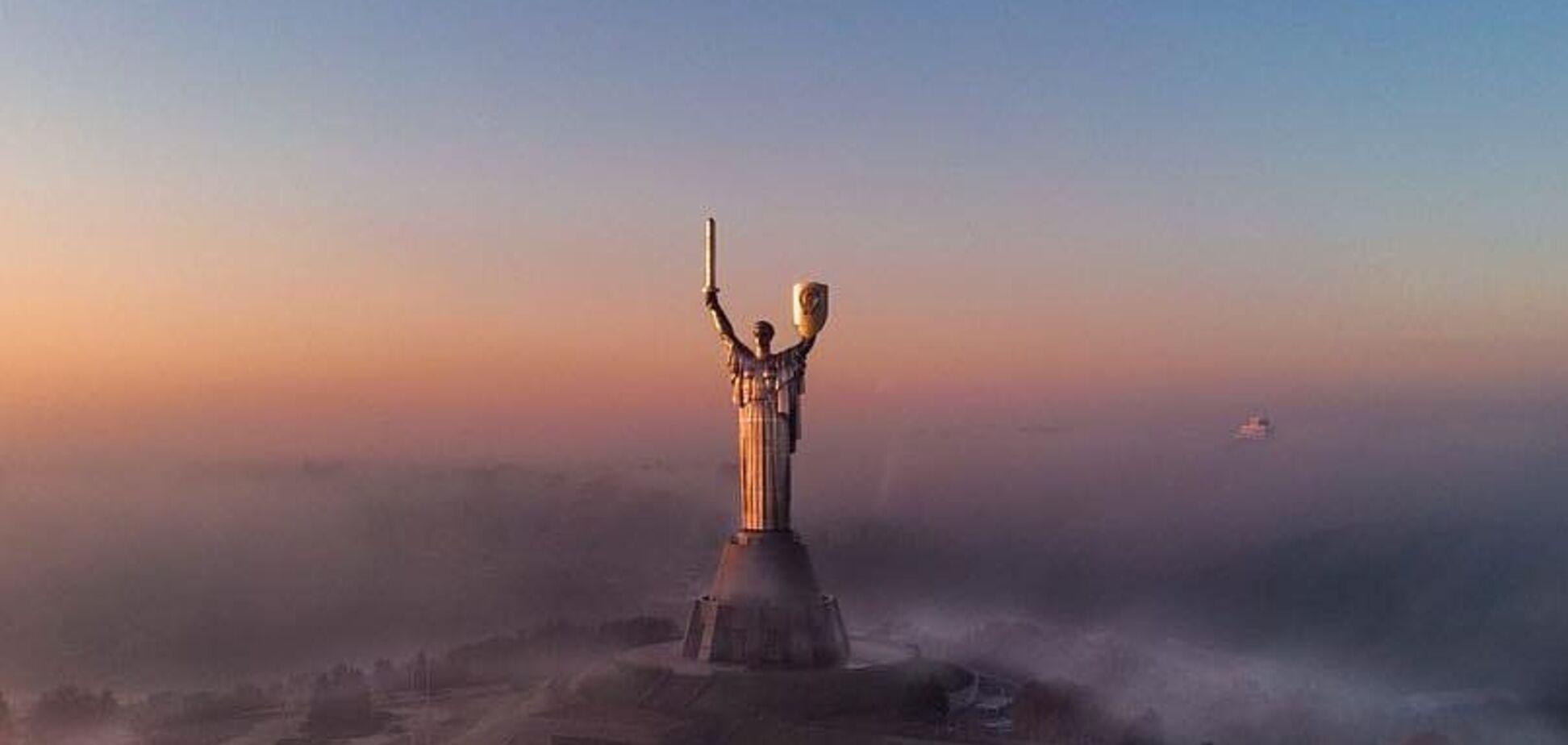 Как можно его не любить! В сети показали невероятные снимки заката в Киеве