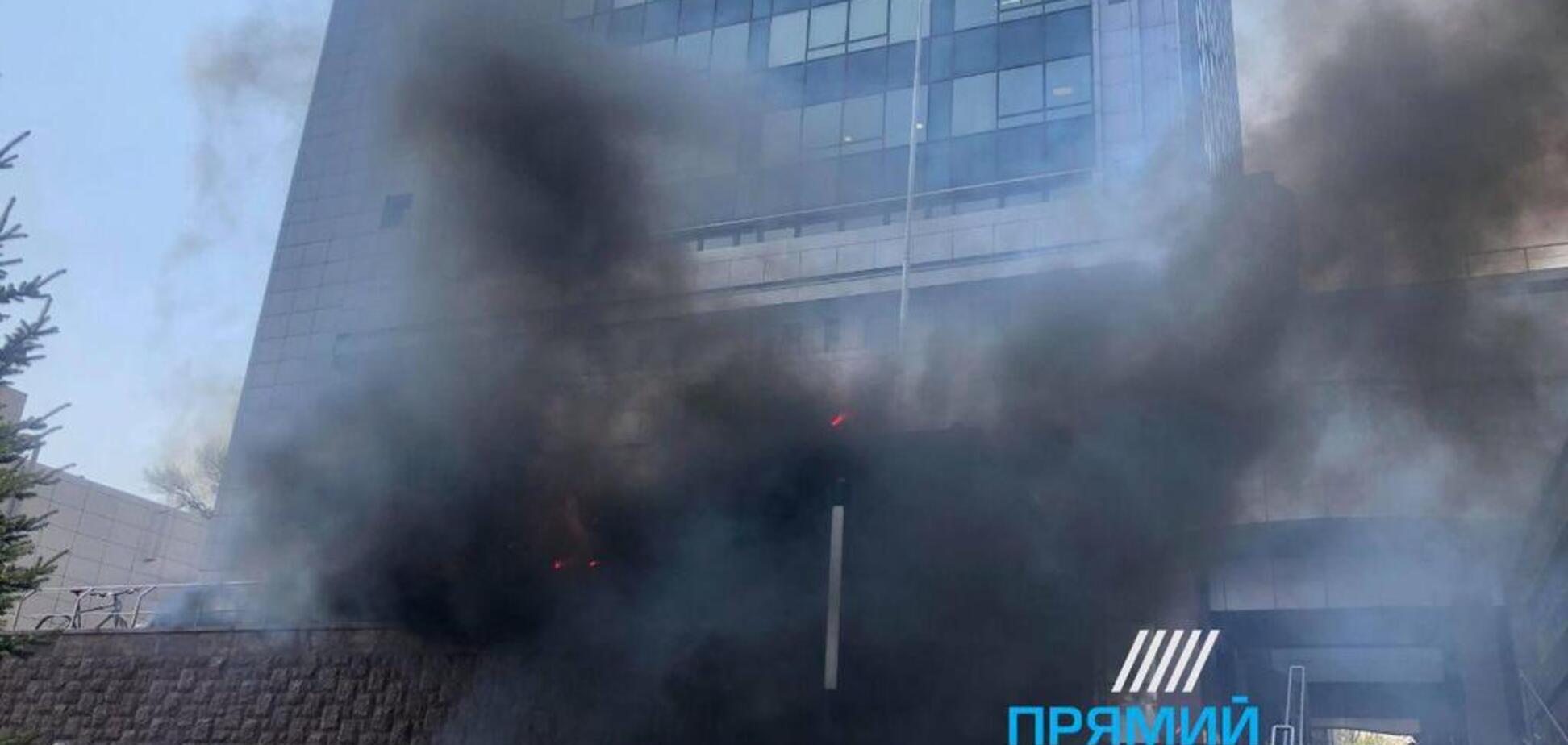 У Києві під апеляційним судом запалили фаєри: перші фото