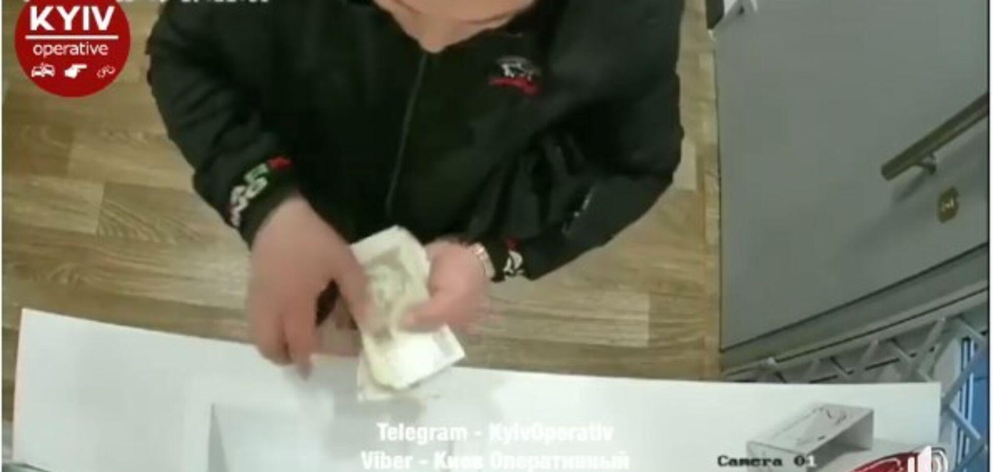 В Киеве активизировался валютный мошенник: злоумышленник попал на видео