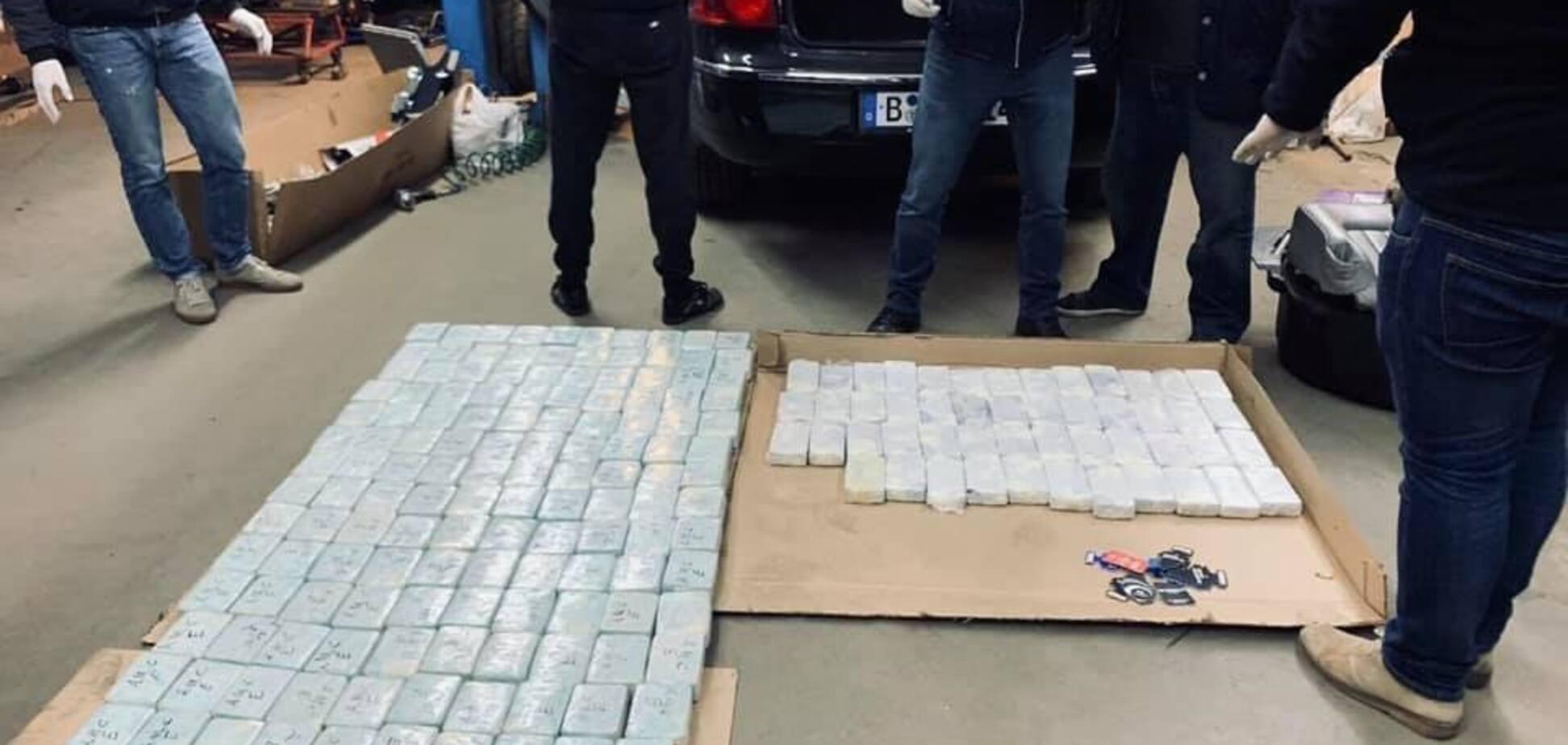''Перевозил 300 кг героина'': в Киеве наркоторговца выпустили из-под стражи в зале суда
