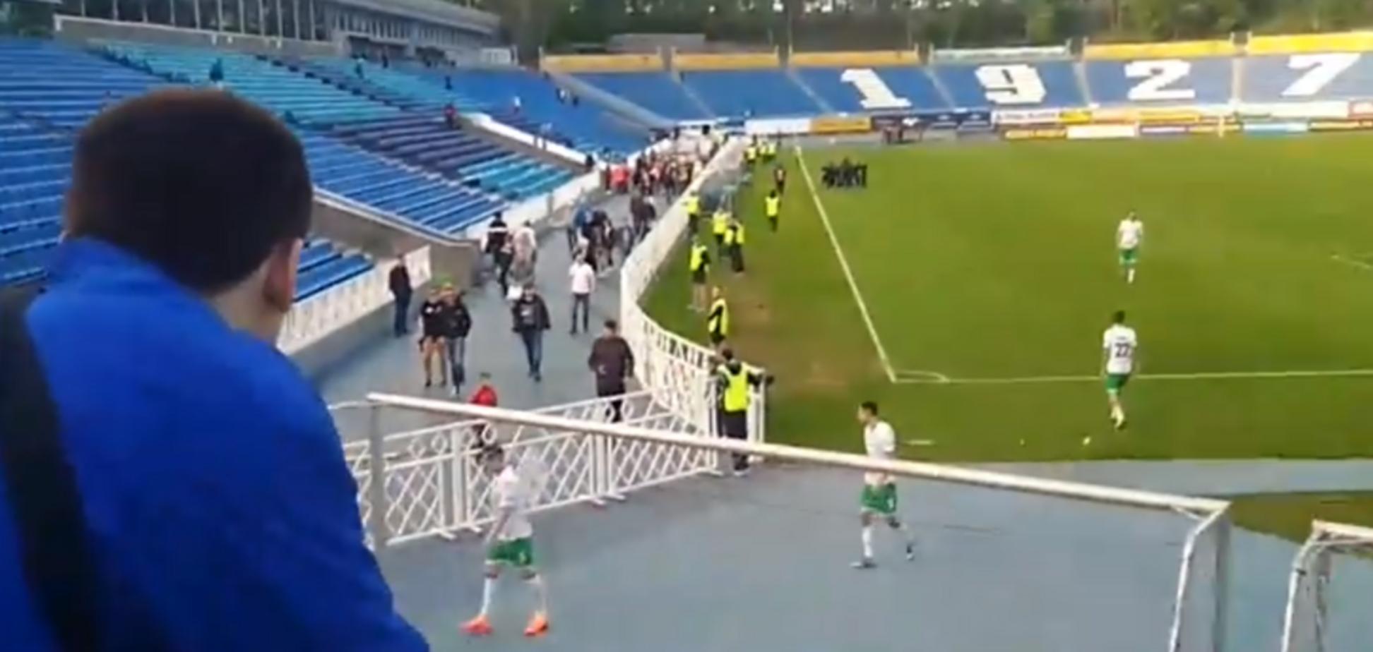 Фанаты пригрозили клубу УПЛ 'завалиться в раздевалку и дать п**ды игрокам'