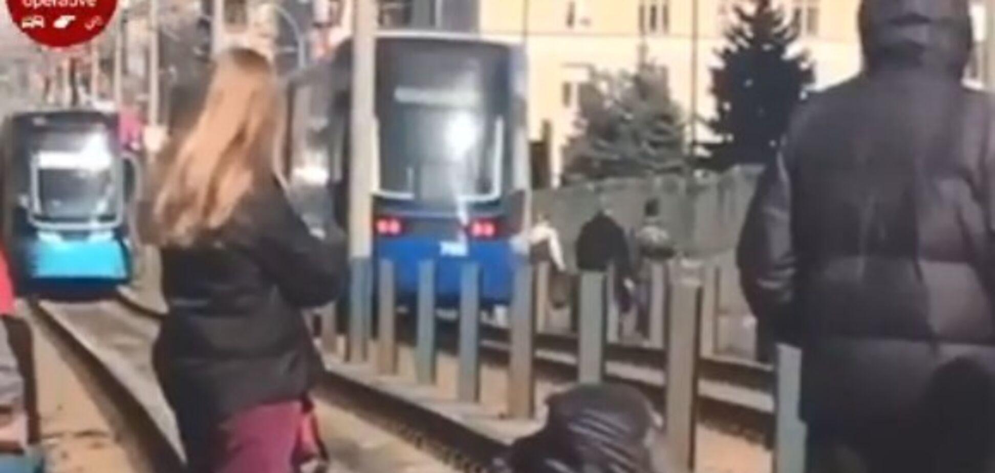 В Киеве с моста на трамвай упал человек: первые подробности