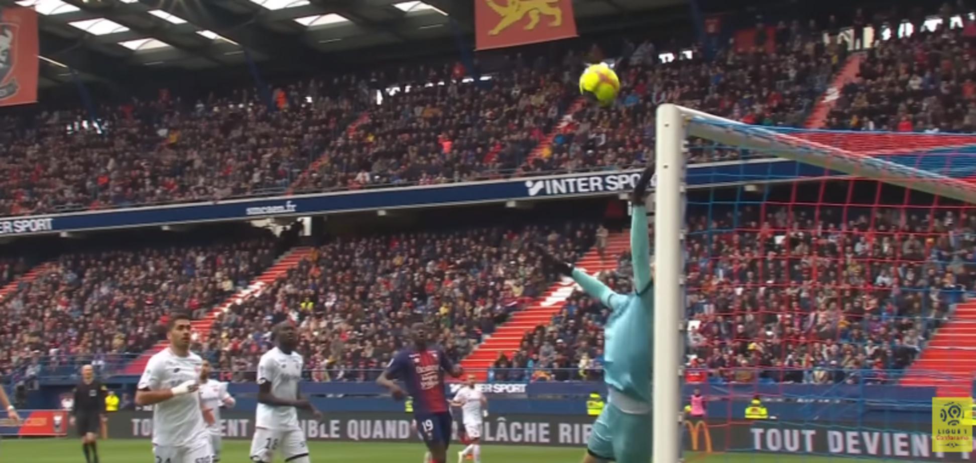 Футболист забил гол фантастическим ударом 'за шиворот'