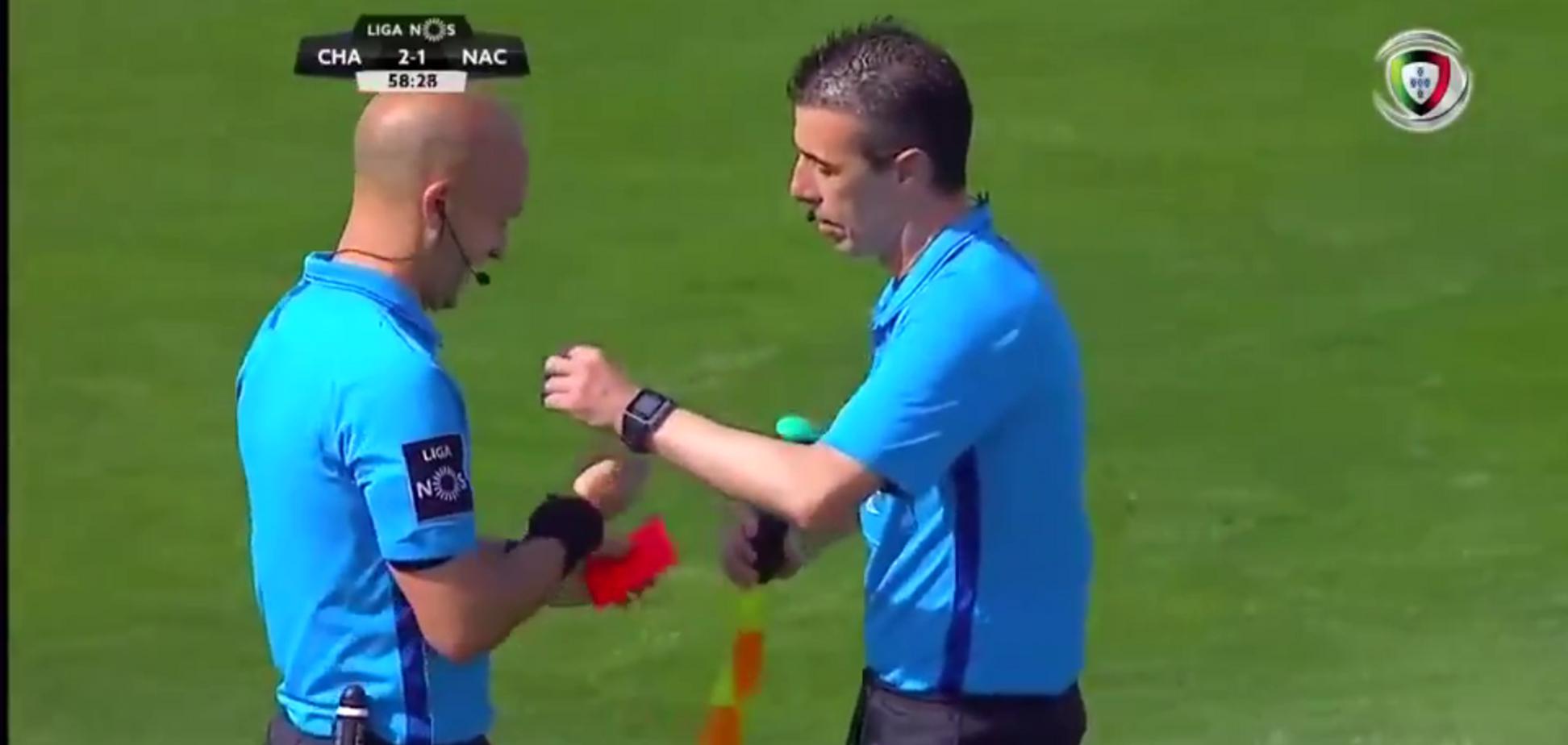 Арбитр остановил матч, сбежав в туалет, и получил красную карточку