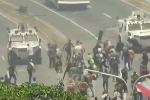 У Венесуелі давлять протестувальників машинами: відео