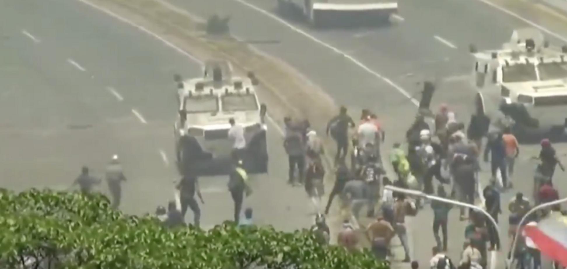 В Венесуэле начали давить протестующих машинами: появилось видео