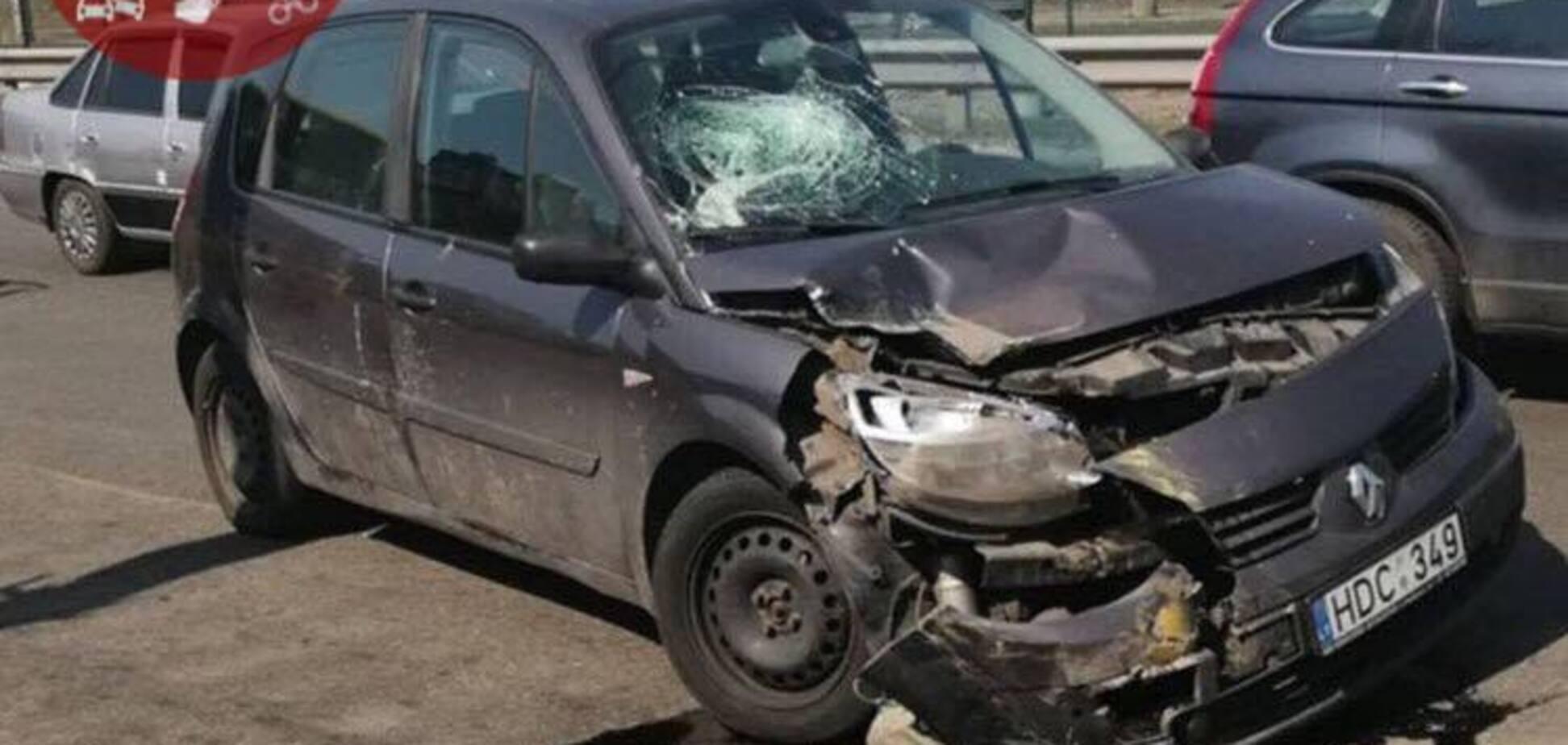 В Киеве авто на еврономерах влетело в маршрутку: фото с места аварии