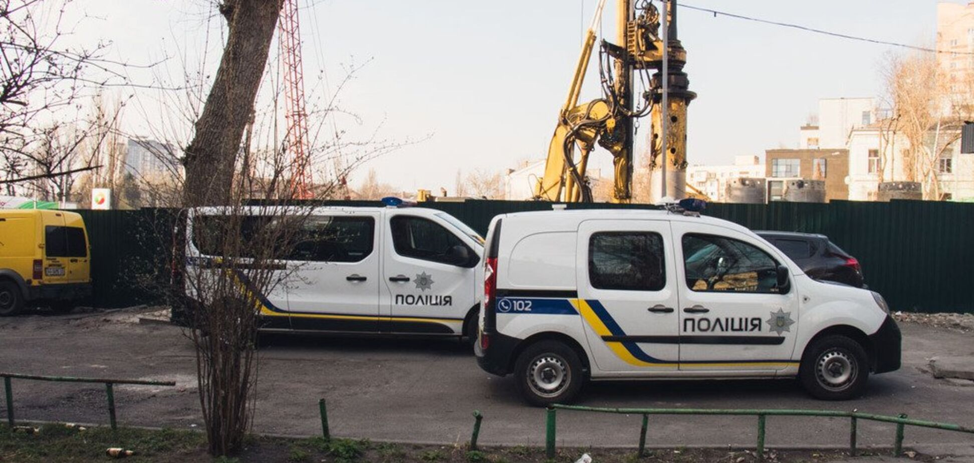 В центре Киева нашли мертвую женщину, а возле вокзала — мужчину без головы. Фото 18+