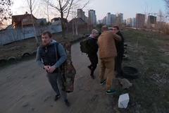 Коп і хулігани побили чоловіка у Києві: за справу взялося ДБР