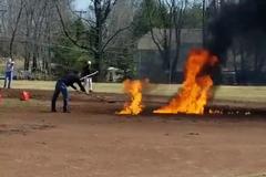 В США спортсмены подожгли площадку, пытаясь ее высушить