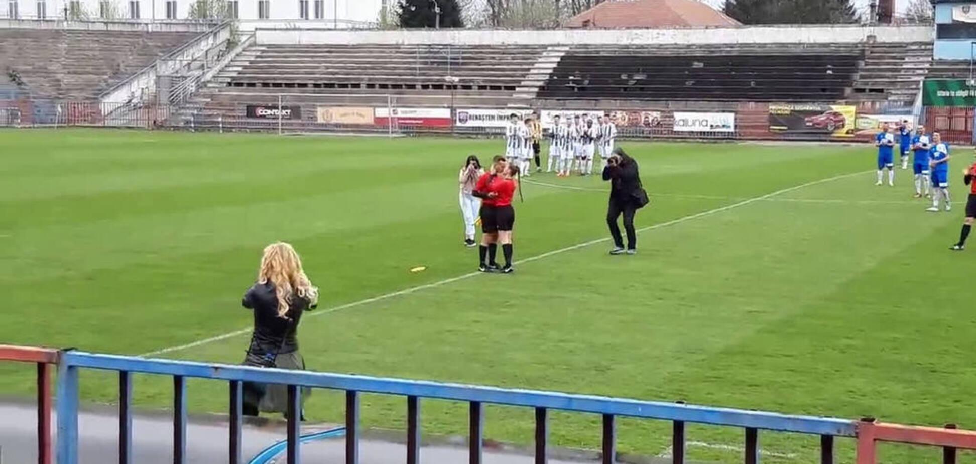 Футбольный арбитр сделал предложение коллеге во время матча - опубликовано видео