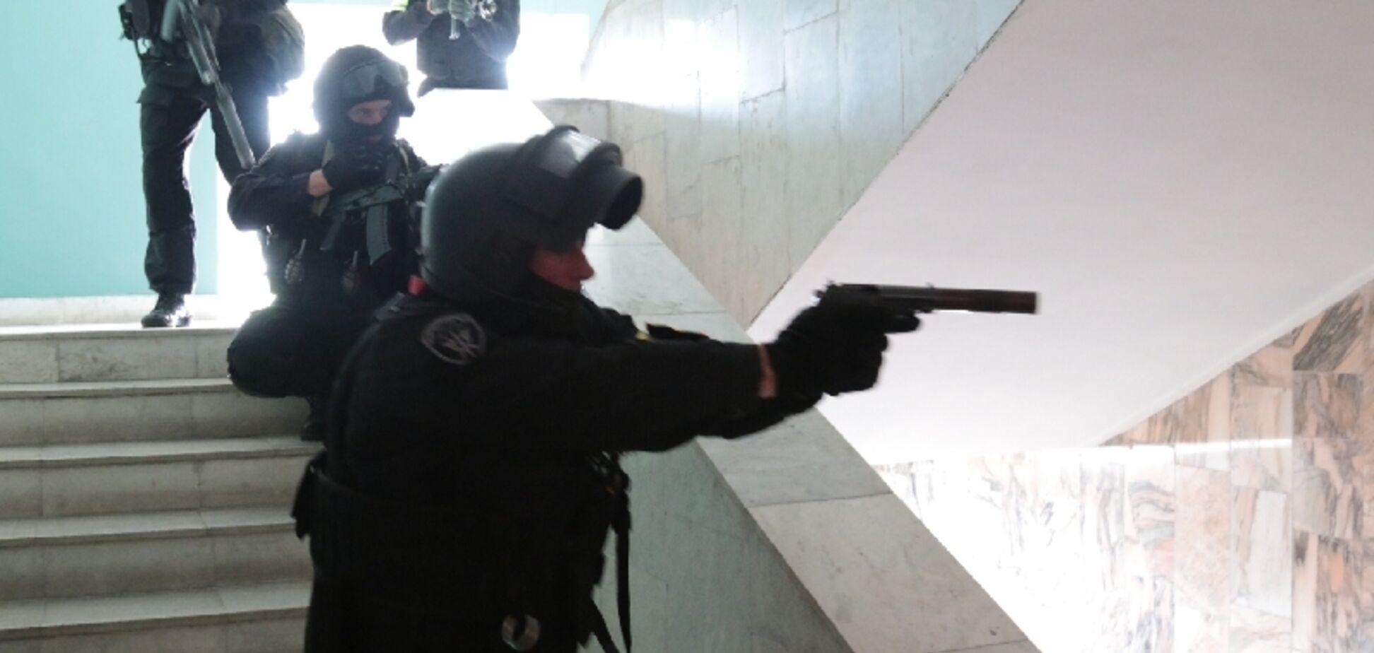 Діти плакали: в Росії школяр із пістолетом захопив гімназію і взяв заручників
