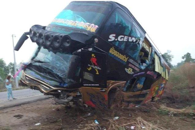 В Таиланде разбился автобус с туристами: пострадало более 20 человек. Жуткие фото с места ДТП