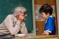 Вчителів-пенсіонерів позбавлять роботи: в Києві назріває скандал у школах